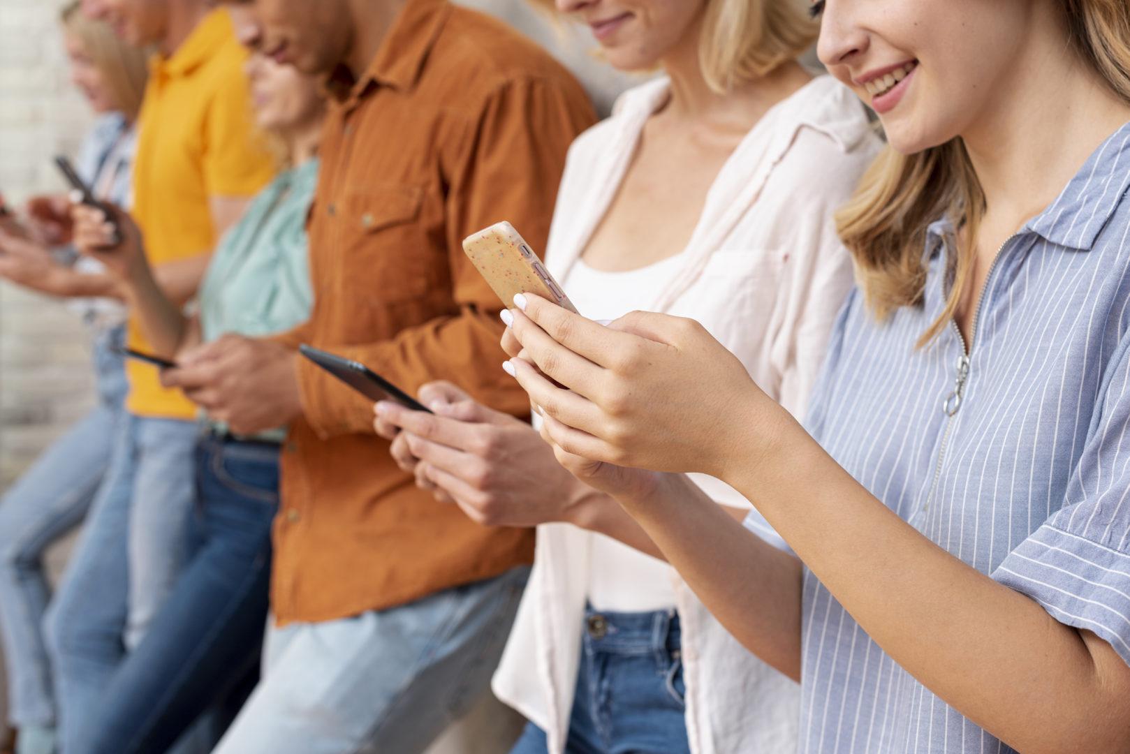 Amigos con el móvil en la mano